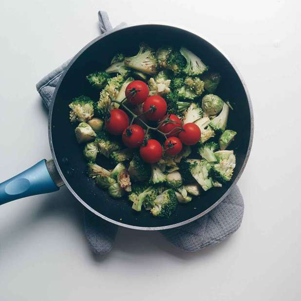 foodiesfeed.com_broccoli-brussel-sprouts-tomatoes-pan_low